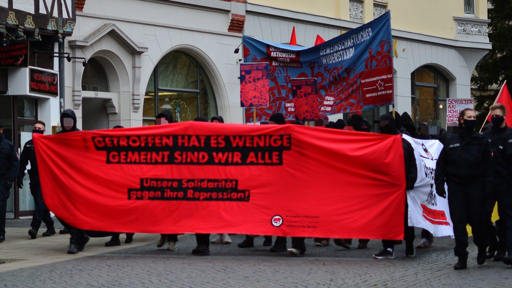 Spontandemonstration als Block mit Transparenten zur Kampagne Gemeinschaftlicher Widerstand