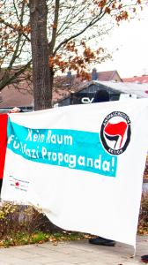 Blockade mit dem Transparent: kein Raum für Nazi-Propaganda