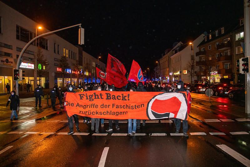 Foto:Demonstration mit 600 Menschen. Fronttransparent: fight back
